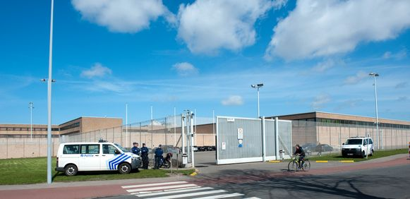 """Een gedetineerde weigerde zich deze week te laten overbrengen van de gevangenis van Brugge naar Veurne """"uit milieuoverwegingen""""."""