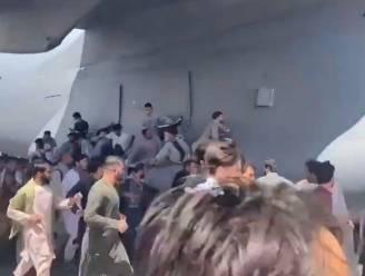 Hallucinante beelden op luchthaven Kaboel: mensen klampen zich vast aan vliegtuig en storten naar beneden