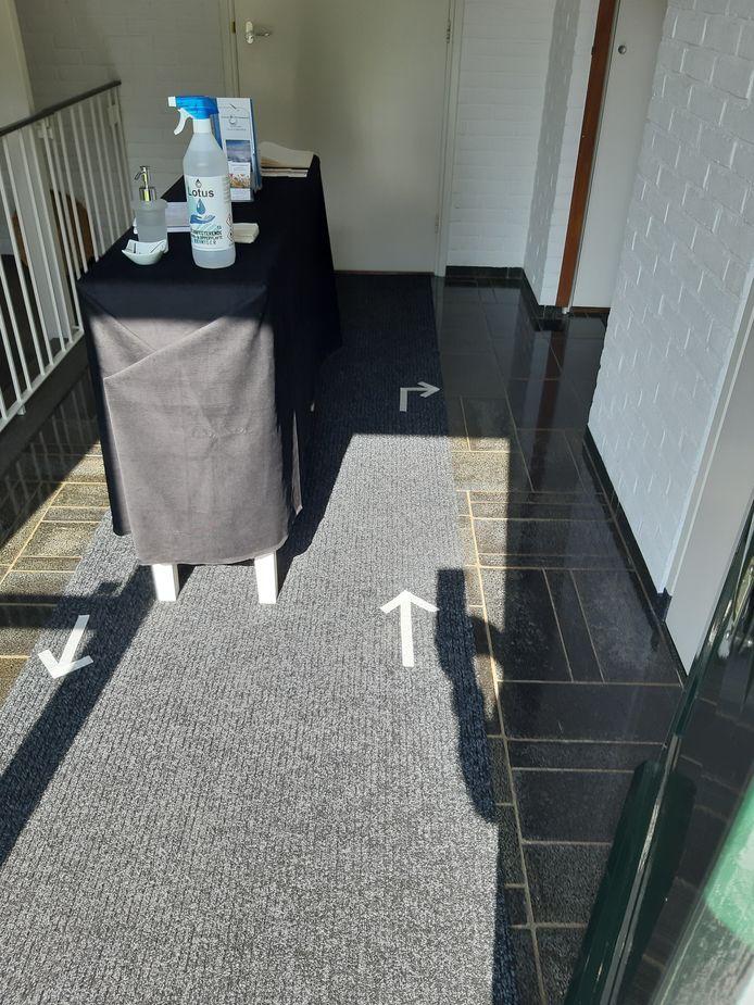 Pijlen op de grond en desinfecterende gel tijdens de Kunstroute Beuningen in 2020