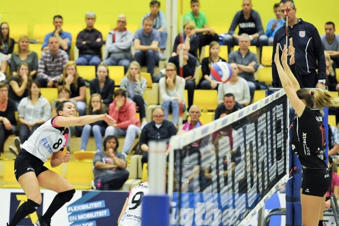 Shannon Gerhardt (links) slaat de bal lang het blok.