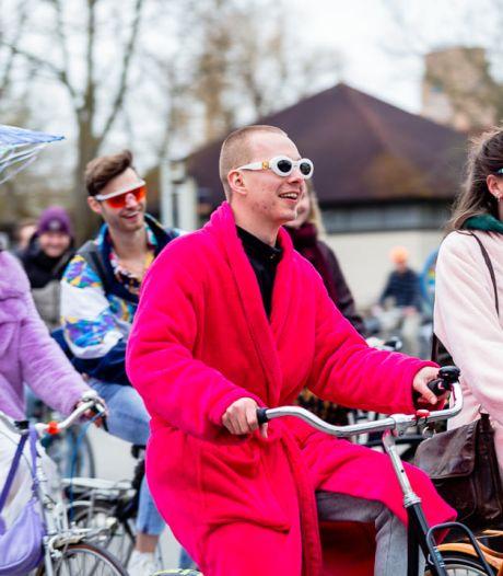 Tientallen jongeren fietsen met veel kabaal door Utrecht, want het gaat niet goed met ze