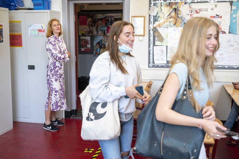 Leerlingen van het Amsterdams Lyceum betreden een klaslokaal.  Beeld ANP