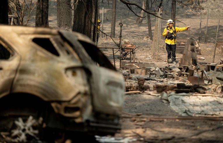Brandweermannen doorzoeken een verbrande woning in Californië. Beeld AFP