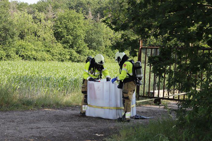 Aan de Kampweg in Mill zijn vaten met drugsafval aangetroffen. De brandweer heeft de vaten afgevoerd.
