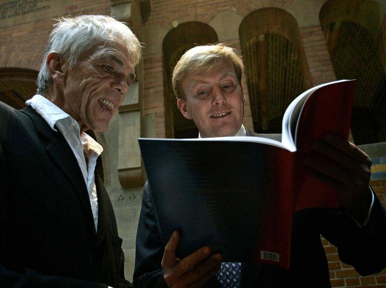 Koning Willem-Alexander bekeek het werk van Daan van Golden in 2004 Beeld ANP