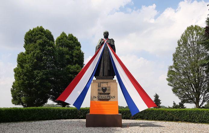 Het Schaepmanmonument bij Tubbergen is versierd in aanloop naar het EK-voetbal.