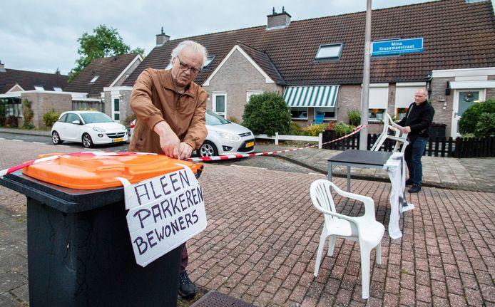 Bewoner en actievoerder André Vlasman (links) sloot maandagochtend om 7 uur de Mina Krusemanstraat af. De parkeeroverlast loopt hier de spuigaten uit, zegt hij