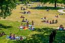 Het is lekker weer - en druk in de parken op hemelvaartdag in Rotterdam. Er zijn kringen op de grond gemaakt zodat mensen afstand bewaren tijdens Corona.