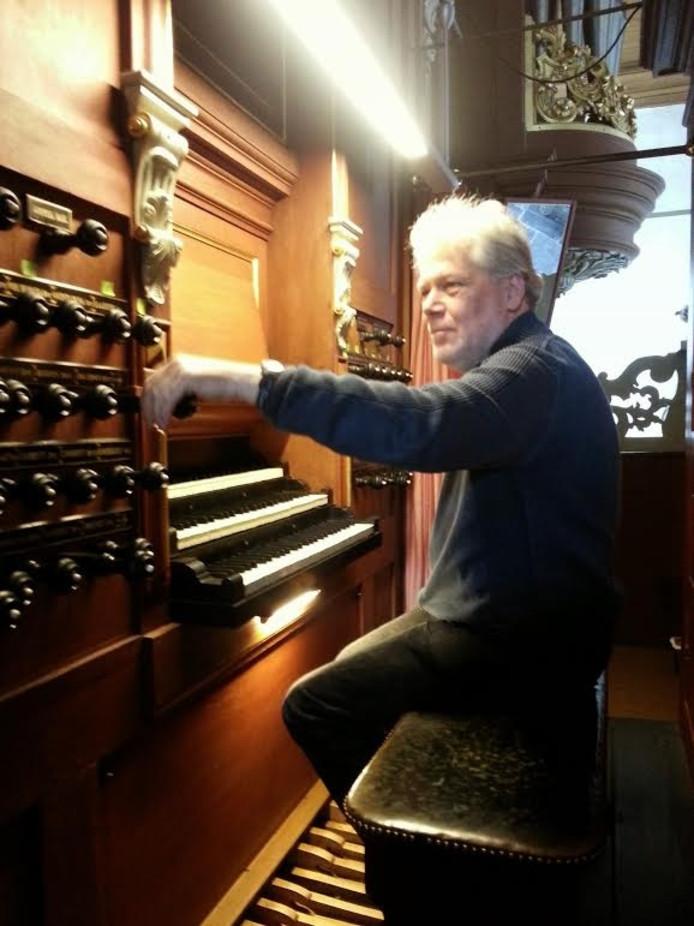 Organist Theo Jellema van de Grote of Jacobijnerkerk in Leeuwarden geeft een concert op beide orgels van de Bovenkerk.