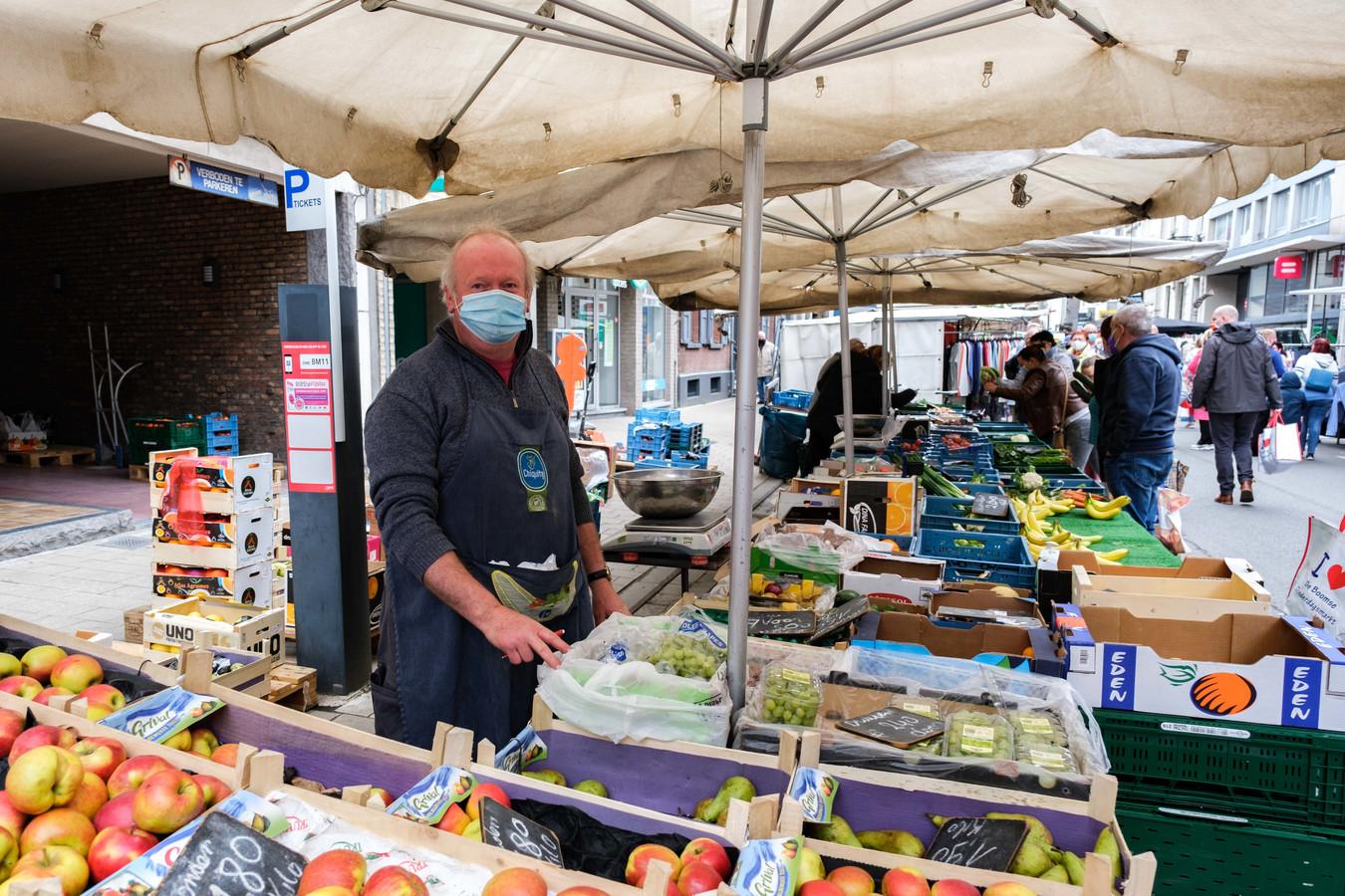 Guy Op de Beeck aan zijn groente- en fruitkraam.
