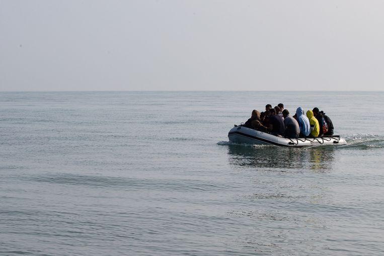 Migranten komen aan op het strand van het stadje Deal aan de zuidoostkust van Engeland. Beeld Getty Images