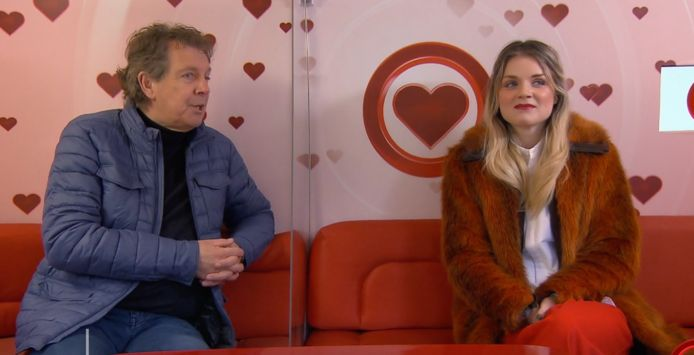 Suzanne krijgt de video van Bas te zien in All You Need is Love.