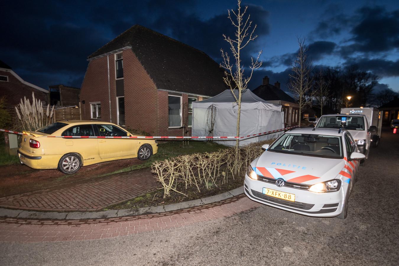 Politie bij de woning in het Groningse Warfhuizen waar de vrouw dood werd aangetroffen