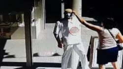 Opvallende beelden: vrouw steelt mondkapje van etalagepop en zet hem op eigen gezicht