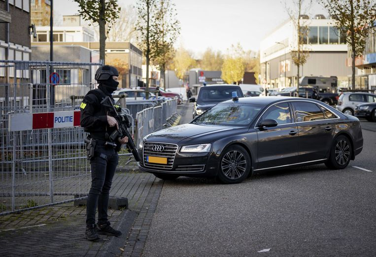 Beveiligde auto's komen aan bij de bunker, de extra beveiligde rechtbank in Amsterdam Osdorp, voor de voortzetting van het Marengoproces.  Beeld ANP