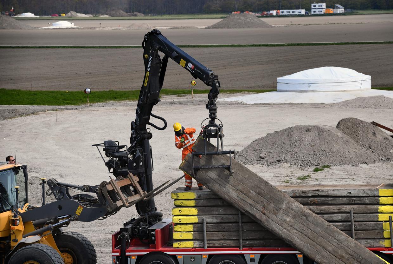In Windpark Jaap Rodenburg in Almere is begonnen met de aanleg van nieuwe windturbines. Beeld Marcel van den Bergh / de Volkskrant