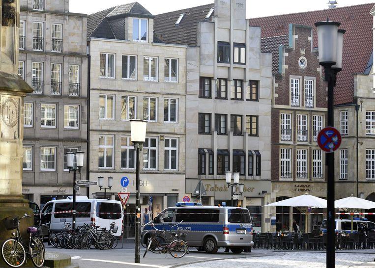 Hulpdiensten achter afzettingen in het oude centrum van Munster. Een bestelbus is daar ingereden op een vol terras dat hoorde bij de Grosser Kiepenkerl, een beroemd restaurant in de Duitse stad.