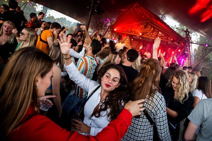 Niet 'slechts' 750 man, maar eerder richting de 2000: op het einde van de festivalzomer is er dan toch nog een groot festival in Tilburg.