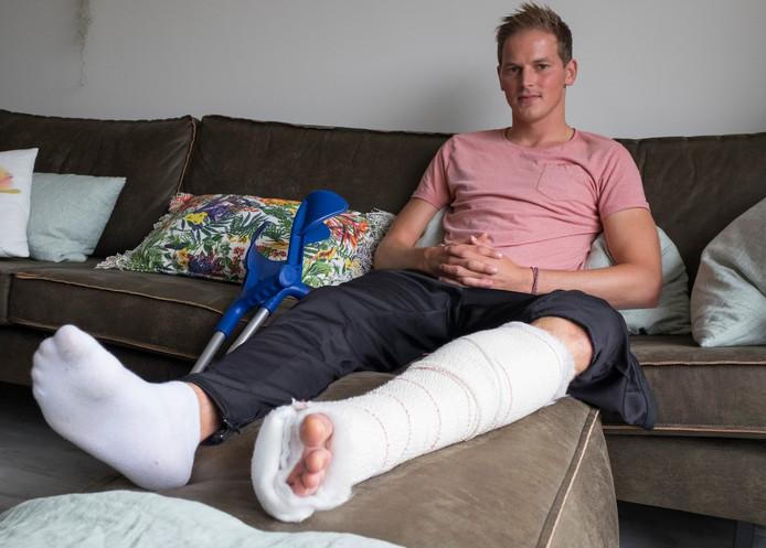 Remco Bezemer in het gips, na zijn eerste operatie.
