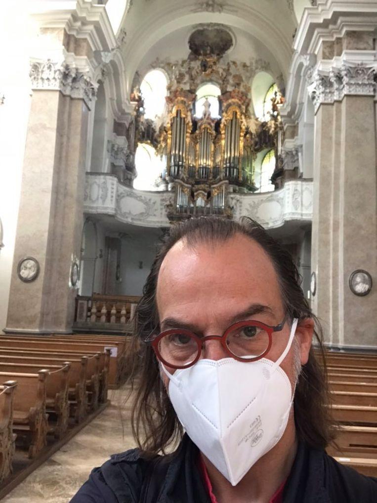 Joop de Zwart voor het orgel in Füssen. Beeld