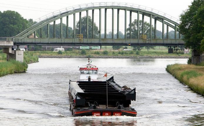 Een schip vaart over het Twentekanaal bij Goor. Matroos op de binnenvaart is volgens het UWV een kansrijk beroep.