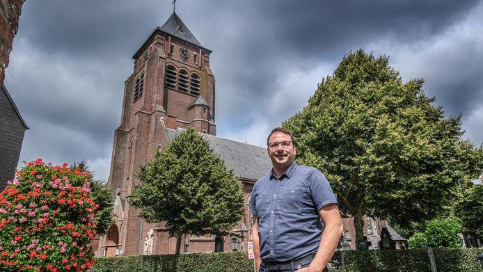 Burgemeester Wieland De Meyer voor de kerk van Kemmel.