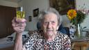 Diena Kruisbergen met haar citroenjenevertje.