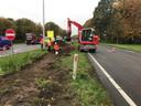 De weg en berm worden schoongemaakt na het ongeluk op de N65.