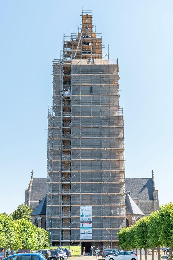 De imposante toren van de Lambertuskerk in Wouw is verdwenen achter een muur van steigers. Die wordt volgende maand al voor een deel afgebroken.