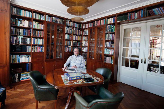 Cees van der Vlist in de woonkamer van de voormalige burgemeesterswoning aan de Binnenhaven in Nieuwpoort.