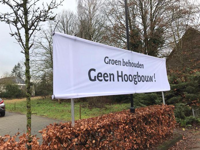 Omwonenden protesteren tegen de bouwplannen aan de Raadhuisstraat in Moergestel.