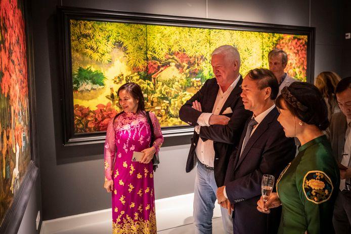 Opening Viëtnam-expositie door Viëtnamese ambassadeur, in aanwezigheid van directeur Geert Steinmeijer. De ambassadeur komt met een hele delegatie Viëtnamezen, allemaal in originele kleding.
