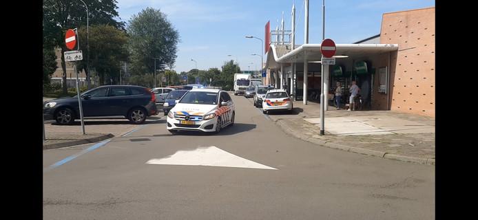 Politie bij winkelcentrum Kwadrant in Tiel.