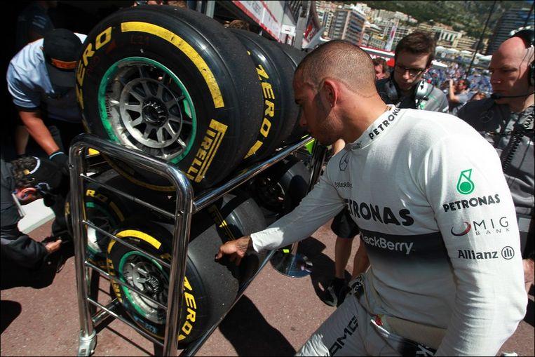 Samen gingen ze ook de banden van Mercedes inspecteren, want die problemen zijn behoorlijk frustrerend voor Hamilton. Beeld PHOTO_NEWS
