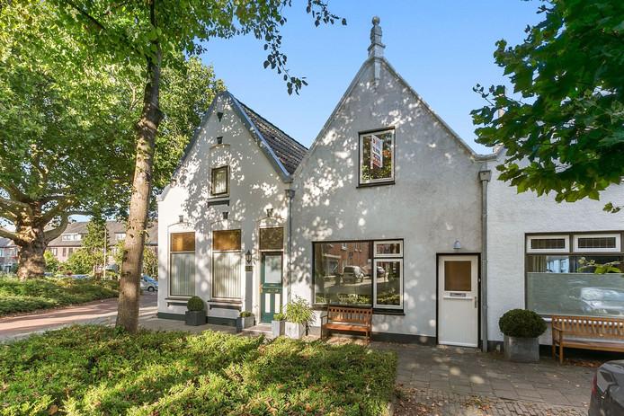 Dit karakteristieke huisje uit 1904 is niet de grootste woning die te bezichtigen is. Wel heeft deze tussenwoning in de Bredase wijk Belcrum een serieuze vraagprijs van 285.000 euro.