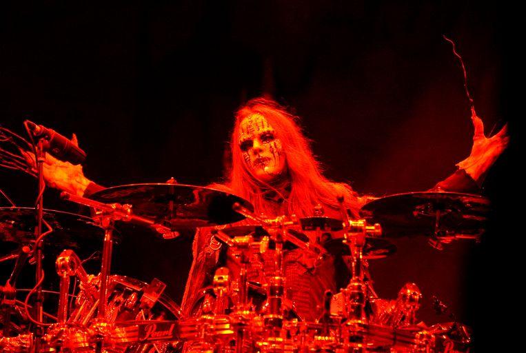 Slipknot-bandlid Joey Jordison tijdens een concert in Columbus, Ohio in 2009. De bandleden vielen op door hun theatrale horrormaskers.  Beeld EPA