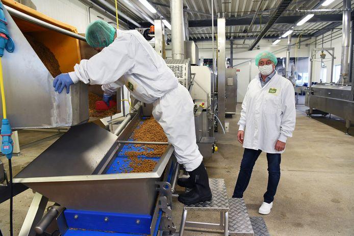 Wiro Sterk (rechts) is directeur van Vega Insiders in Udenhout. In de fabriek wordt zes miljoen kilo vleesvervanger per jaar geproduceerd.