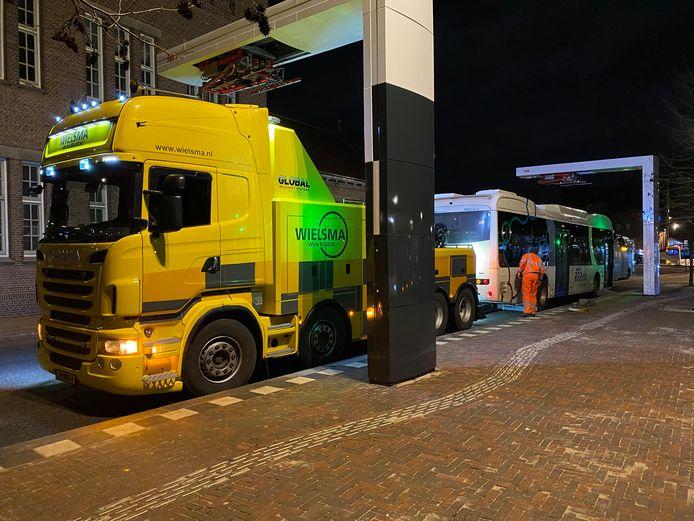 Een elektrische bus van Keolis wordt bij station Deventer afgesleept. De bussen kampen nog steeds met stuurproblemen, niet functionerende in- en uitcheckapparatuur, communicatieproblemen en uitval van het gps-signaal.