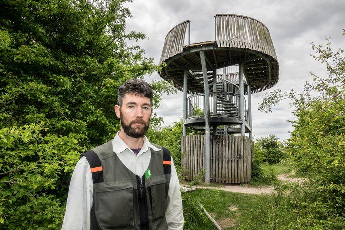 Boswachter Thijmen van Heerde bij de uitkijktoren.