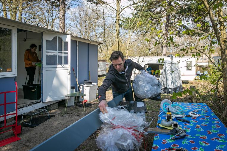 Jontie Mieremet bouwt zijn huisje op. 'Voor mensen met een krappe portemonnee is het niet te doen.` Beeld Dingena Mol
