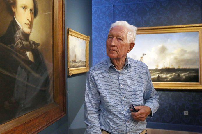 André Fontijne op de tentoonstelling over Arij Pleijsier. Links een zelfportret van marineschilder Pleijsier, rechts van Fontijne het schilderij met daarop een Vlaardingse haringjager. Dat is een werk dat Fontijne schonk aan Museum Vlaardingen.