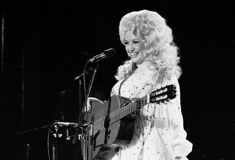 Parton in 1970. Na een carrière van vijftig jaar lijkt ze nog steeds een nieuw publiek te kunnen aanspreken.  Beeld Redferns