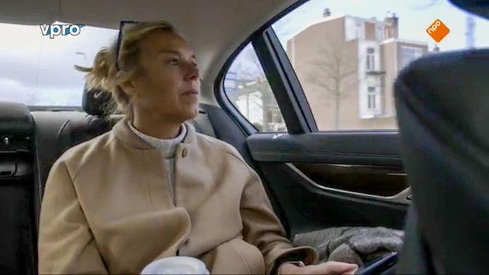 Still uit de documentaire waarin te zien is dat Kaag geen autogordel draagt