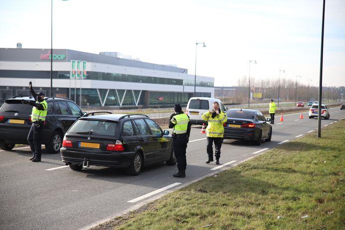 Verkeer dat de stad in wil via de Oost Veluweweg, wordt opgevangen en gecontroleerd door de politie.