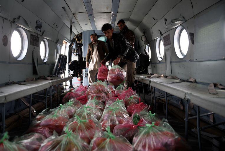Afghaanse soldaten vullen een helikopter met hulpgoederen voor Panjshir (2015). Beeld AFP