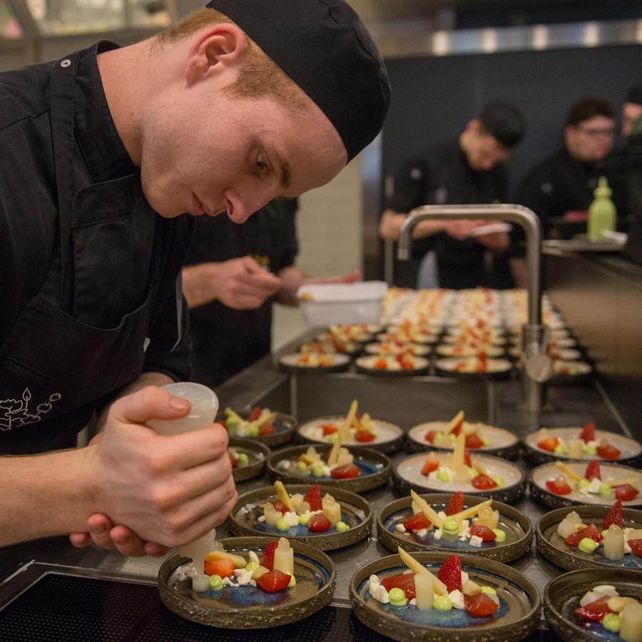 De keukenbrigade van De Librije werkt aan het nagerecht: aspergesorbetijs (niet op de foto) met aardbeien van Kalter uit IJsselmuiden.