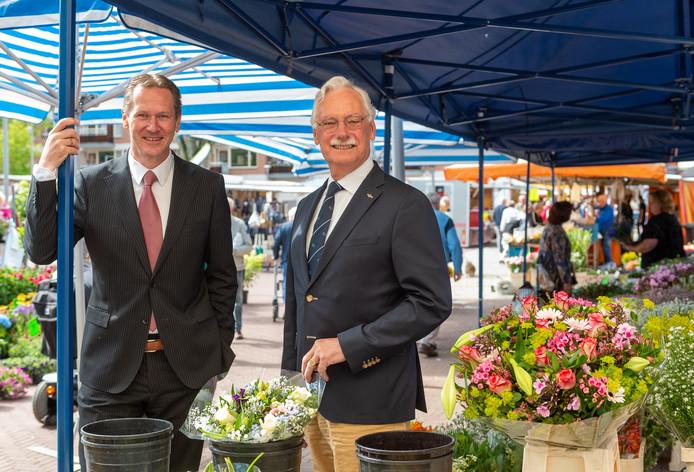 Wethouder Erik Visser (l) en burgemeester Hans van der Hoeve van de gemeente Epe op de weekmarkt, een geliefde attractie onder toeristen.
