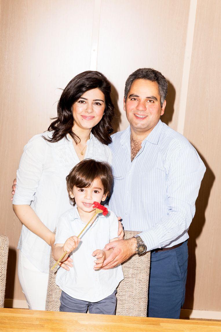 Dania Alissa en Mustafa Mahli, met een van hun twee zoontjes.  Beeld Marie Wanders