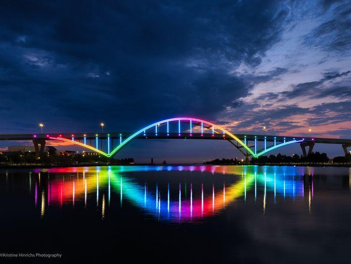 De Daniel Hoan Memorial brug in de Amerikaanse stad Milwaukee is in het licht gezet door Signify. Het systeem werd afgelopen donderdag in gebruik genomen.