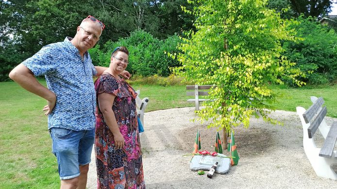 Hans Jansen-Van Benthum en Anne van Benthum-Jansen bij het Nijen-hofje bij de Canadese begraafplaats bij Groesbeek.